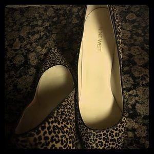 Elegant leather pumps leopard designs.
